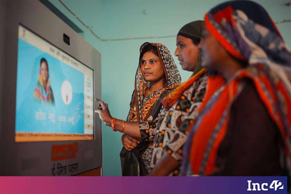 women at e-mitra kiosk